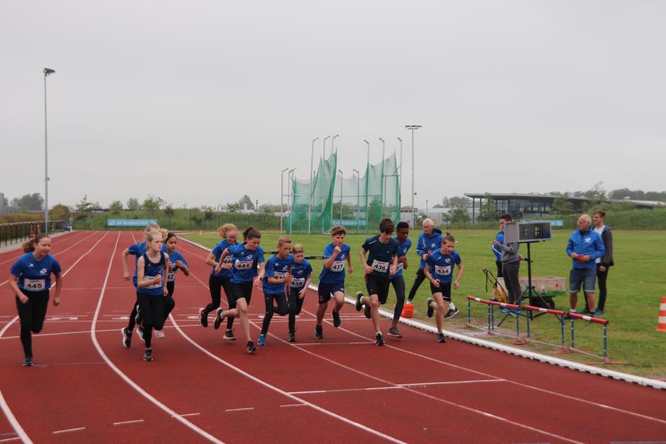 De start van de 800m bij de onderlinge wedstrijd van 2021